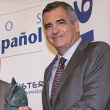 El presidente de Balearia, Adolfo Utor, recibe el premio
